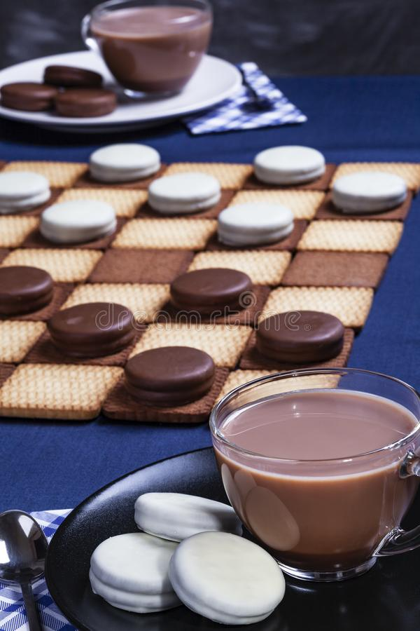 2 чашки кофе печенья контролеры и стоковые фотографии rf