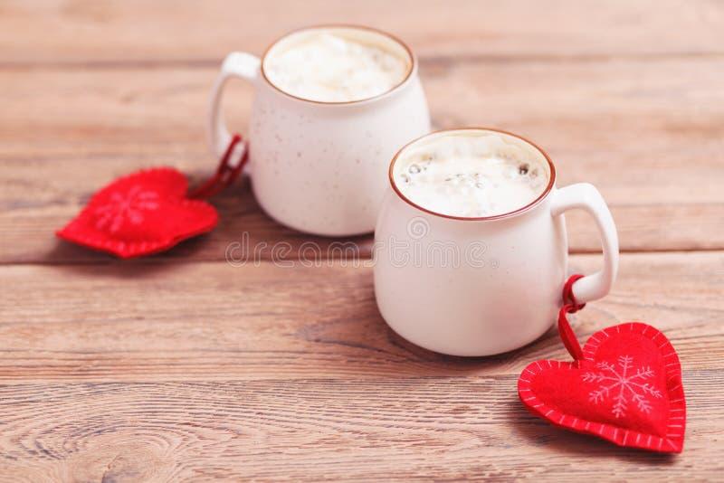 2 чашки кофе с декоративным чувствуемым сердцем на деревянном конце-вверх предпосылки Концепция дня Валентайн, рождества стоковые фотографии rf
