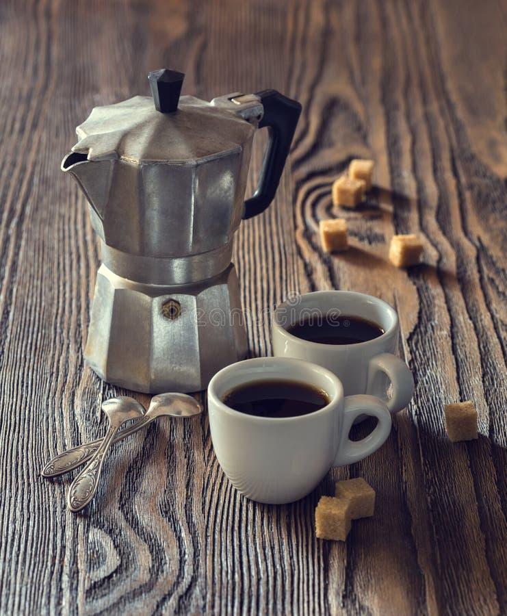 2 чашки кофе с частями тростникового сахара и итальянского кофе стоковое изображение