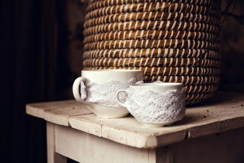2 чашки на старой винтажной таблице Деревенский стиль, interrior страны стоковые фотографии rf