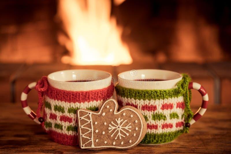2 чашки рождества обдумыванного вина около камина стоковые фотографии rf