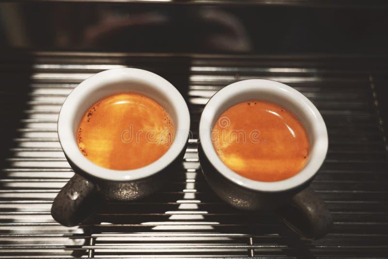 2 чашки свежего сделанного горячего положения americano эспрессо кофе на профессиональной машине кофе стоковые изображения