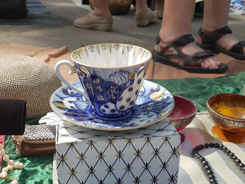 Чашки фарфора на блошином рынке стоковое изображение