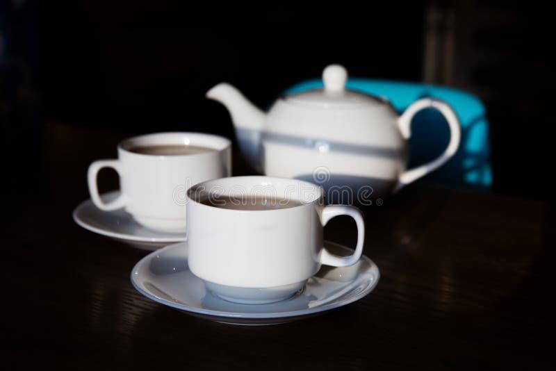 2 чашки чаю и чайника на таблице стоковые изображения rf