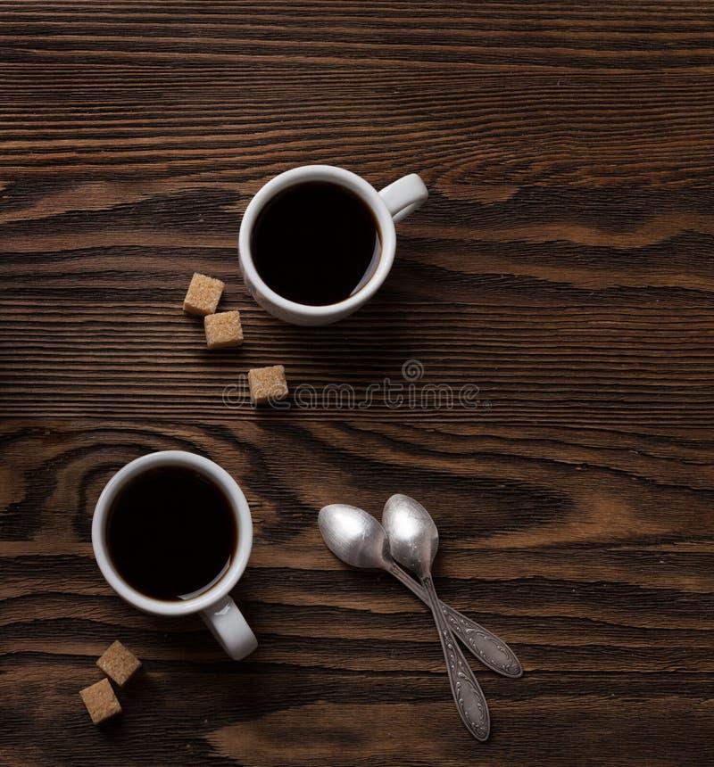2 чашки эспрессо с частями тростникового сахара стоковые изображения