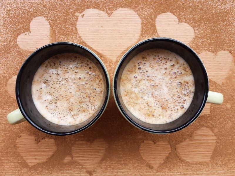 Чашки cappucino на деревянной предпосылке стоковая фотография rf