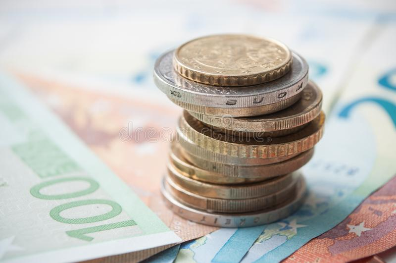 Чеканит кучу и банкноты в деньгах евро стоковое фото rf