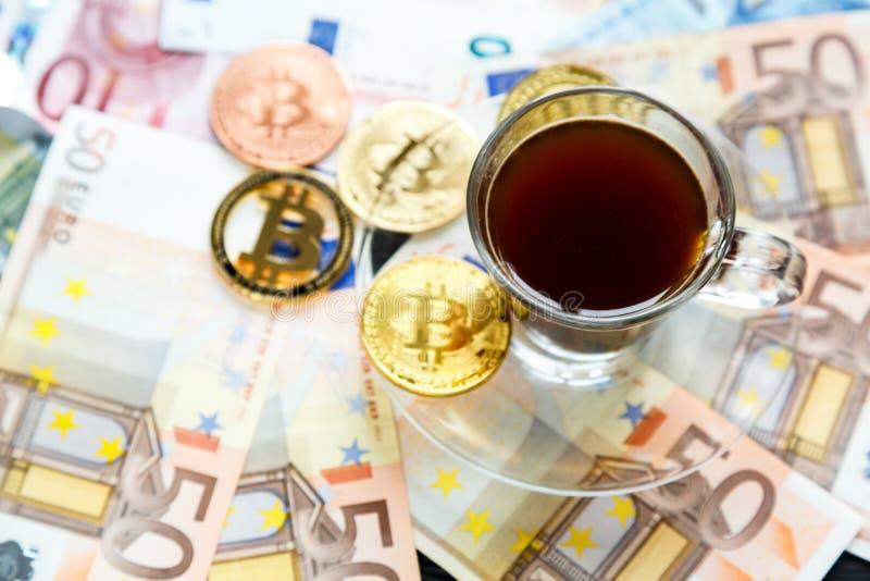 Чеканит Bitcoin - секретную валюту и традиционные деньги Выбор современного мира Вклады, оплата cryptocurrency цифровая стоковые изображения