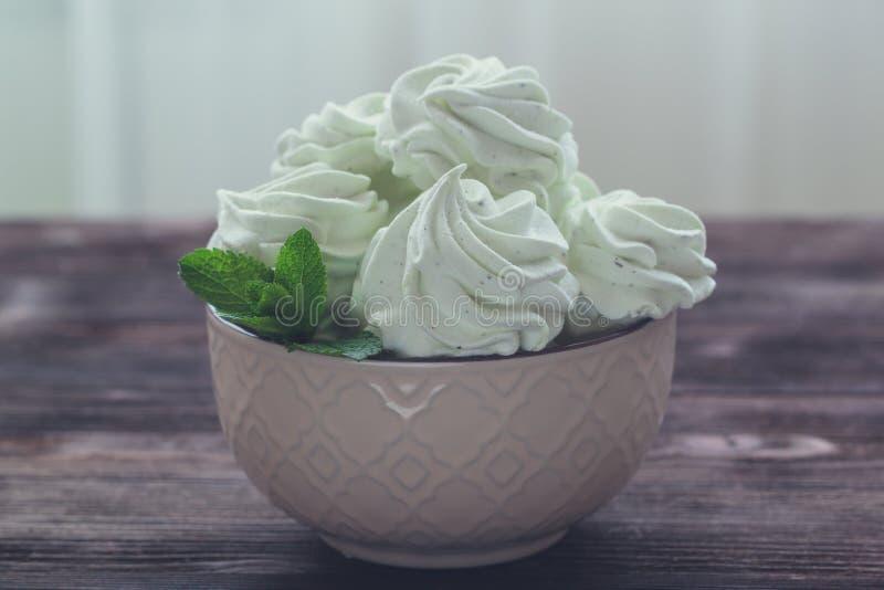 Чеканьте зефир или zephyr в шаре с лист мяты стоковое изображение