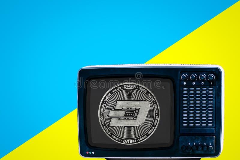 Чеканьте черточку на советском сетноом-аналогов ретро ТВ на голубой предпосылке желтого цвета объявления стоковые фото