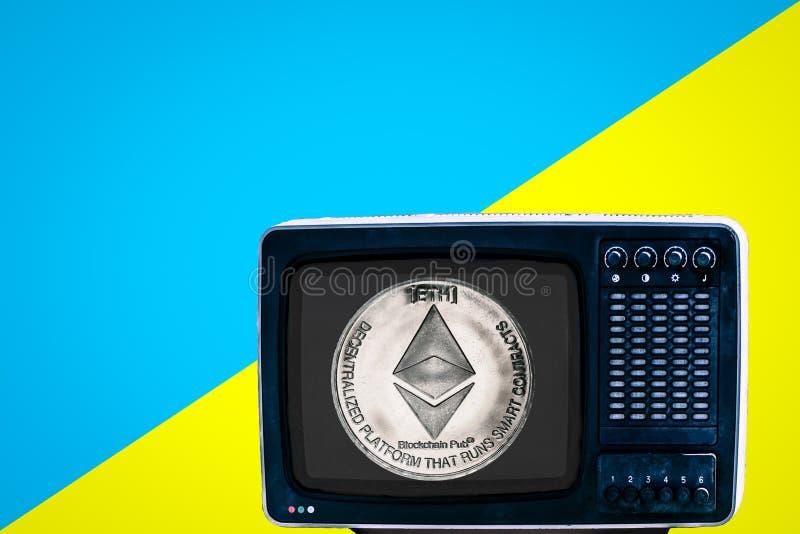 Чеканьте eth на советском сетноом-аналогов ретро ТВ на голубой предпосылке желтого цвета объявления стоковое фото rf