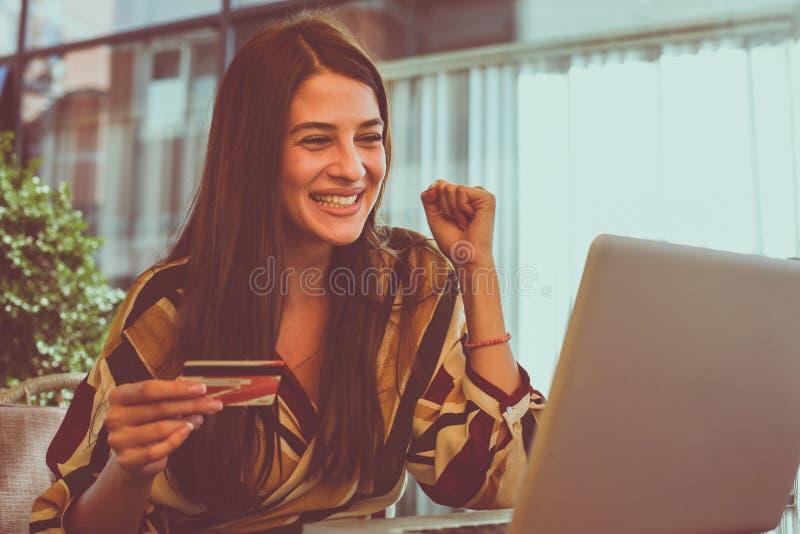 Чековый счет молодой женщины на кредитной карточке Она счастлива стоковое фото rf
