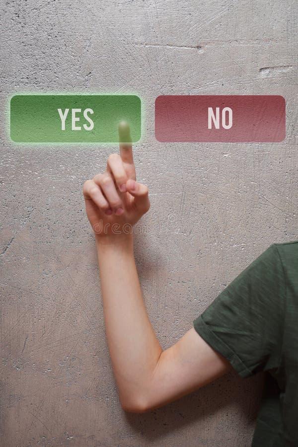 Человека руки отжимать кнопка да стоковое фото