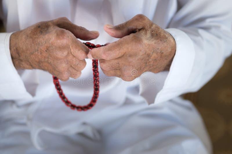 Человек арабского бедуина мусульманский в традиционной белой одежде праздника стоковые фото