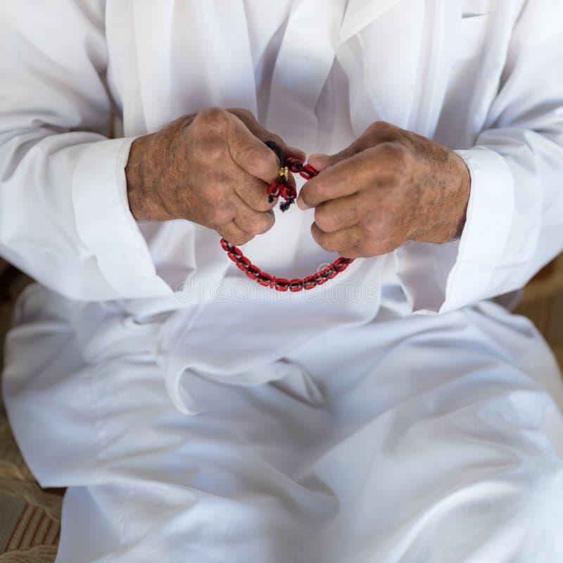 Человек арабского бедуина мусульманский в традиционной белой одежде праздника стоковое изображение rf