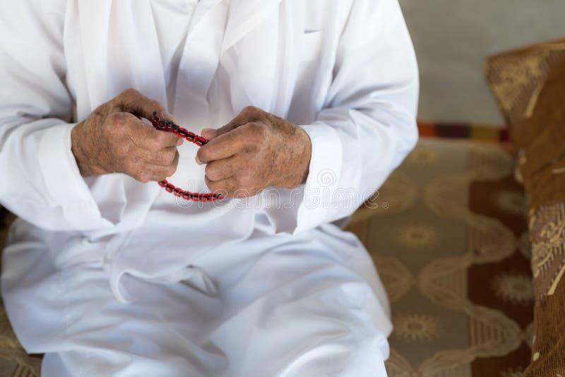 Человек арабского бедуина мусульманский в традиционной белой одежде праздника стоковые изображения rf