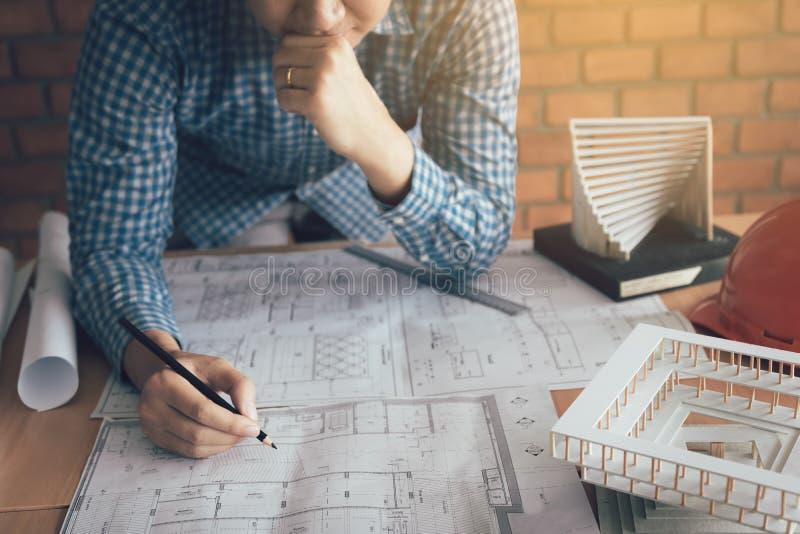 Человек архитектора смотря светокопию на столе с стрессом о proble стоковая фотография rf