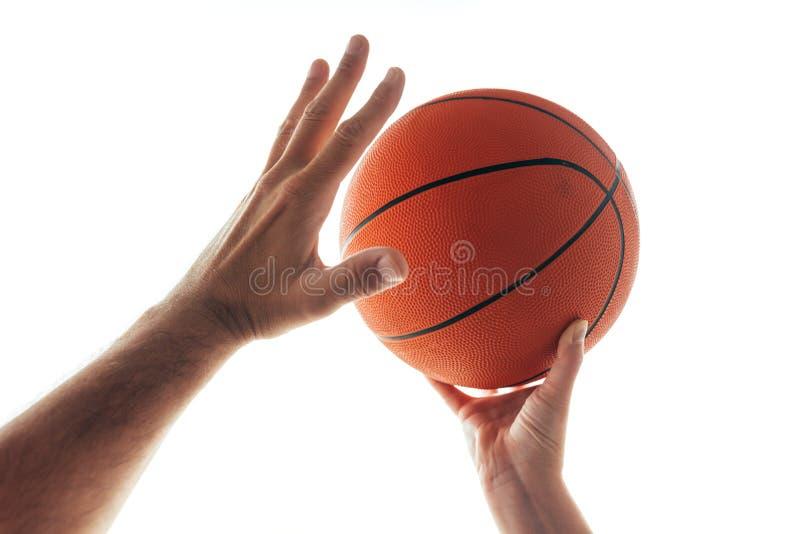 человек баскетбола играя женщину стоковые фотографии rf