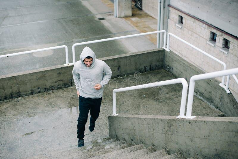Человек бежать на городских лестницах стоковые изображения rf