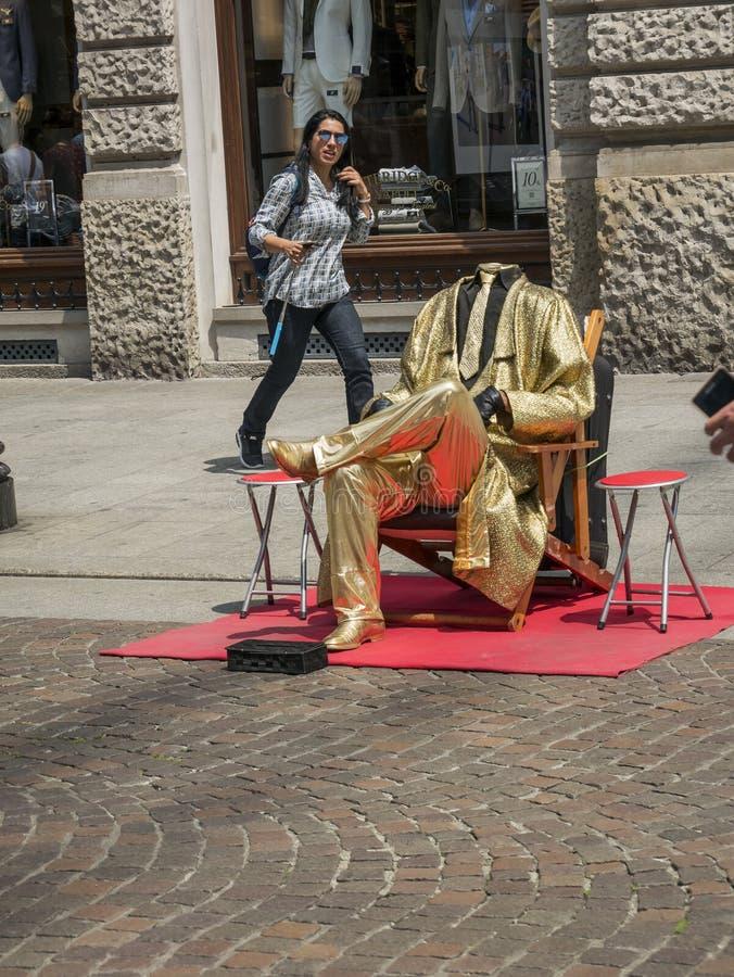 Человек без головы с платьем золота стоковое фото