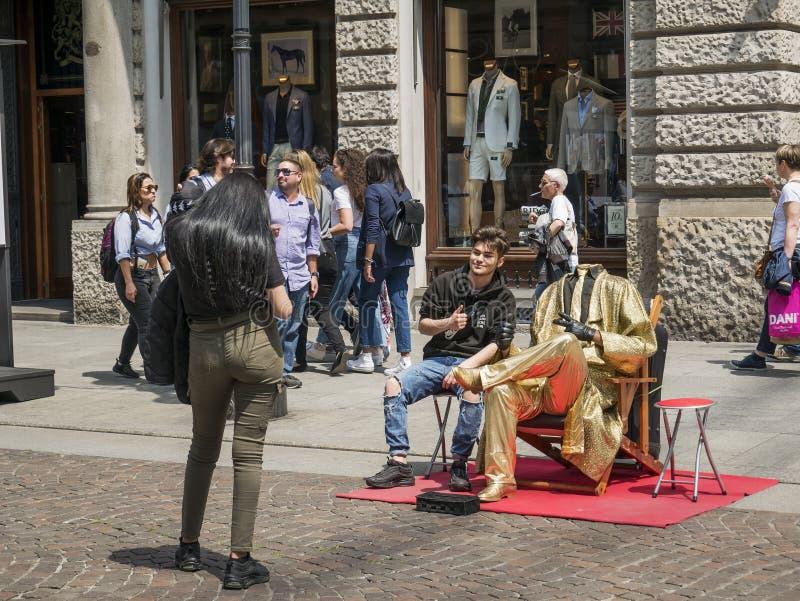Человек без головы с платьем золота стоковые изображения rf