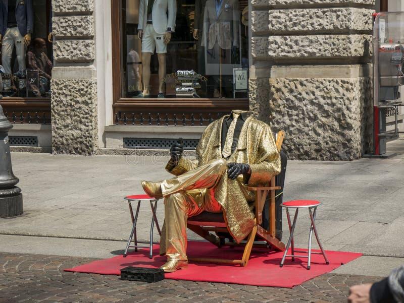 Человек без головы с платьем золота стоковое фото rf