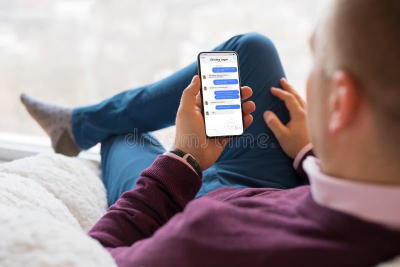 Человек беседуя с друзьями на мобильном телефоне стоковые фотографии rf