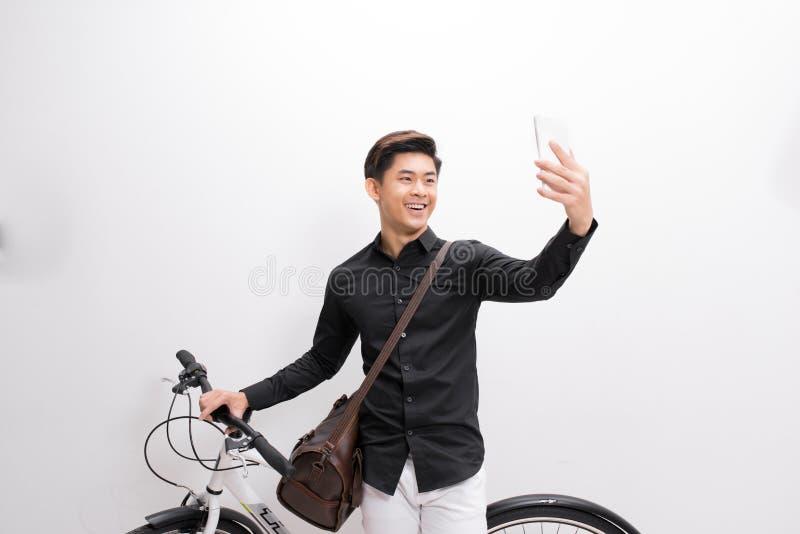 Человек битника принимая selfie Он коммутирует, он имеет фиксированный ge стоковое фото rf