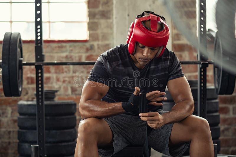 Человек боксера создавая программу-оболочку его руки с перчатками стоковое изображение