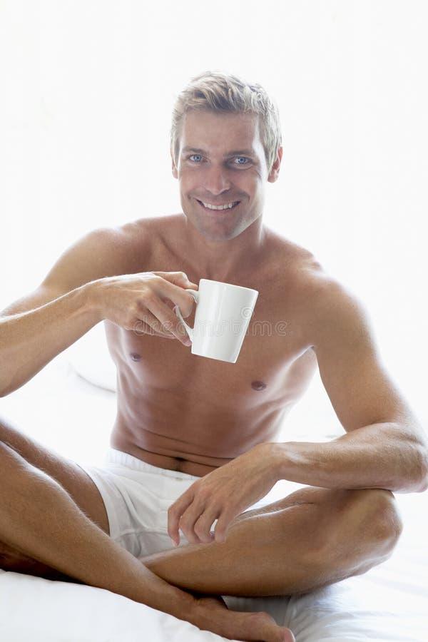 человек взрослого кофе выпивая средний стоковые изображения