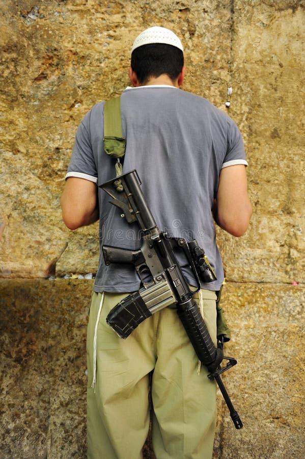 Человек воина IDF носит винтовку M-16 молит стоковые фото
