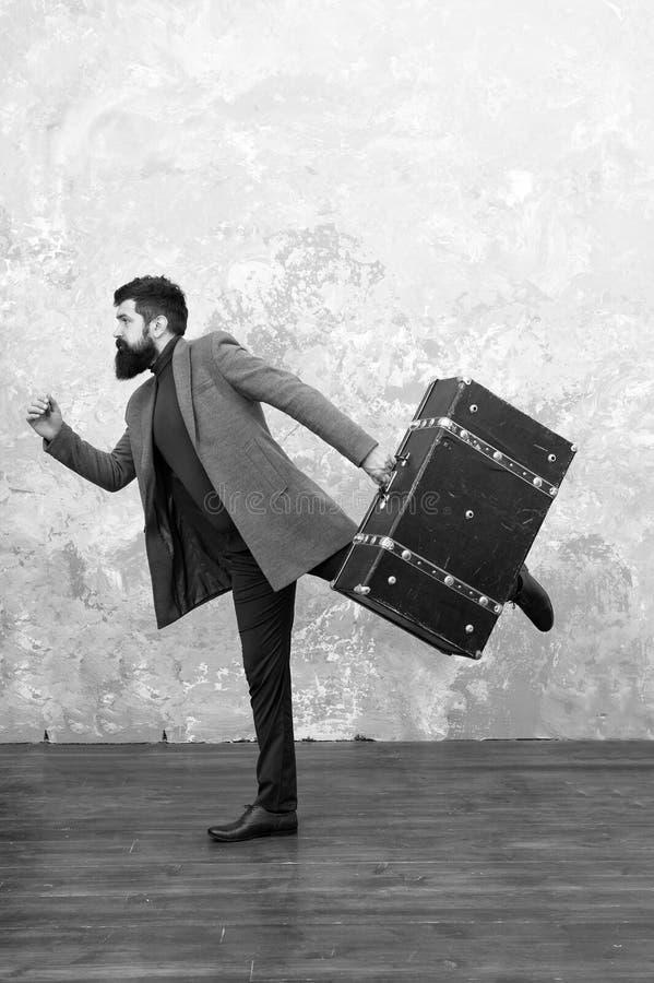 Человек второпях Поспешите вверх Человек с большой сумкой перемещения в спешности час пик ход бизнесмена Бизнесмен второпях стоковые фотографии rf