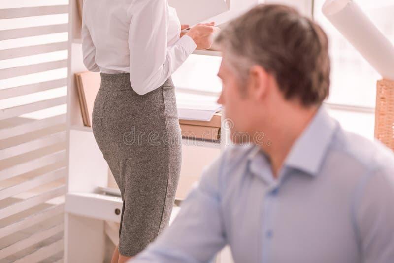 Человек вульгарно смотря бриджи женщины стоковые фото