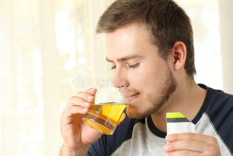 Человек выпивая медицину стоковое изображение rf