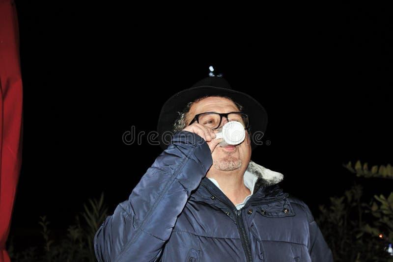 человек выпивая чашку эспрессо, типично итальянского кофе стоковые фотографии rf