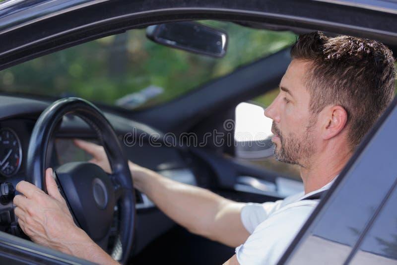 Человек в автомобиле стоковое фото