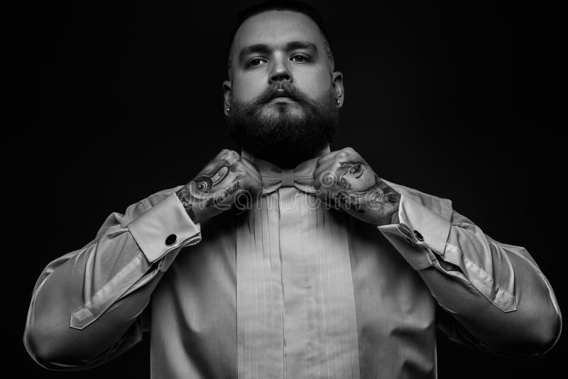 Человек в белых рубашке и бабочке стоковые фотографии rf
