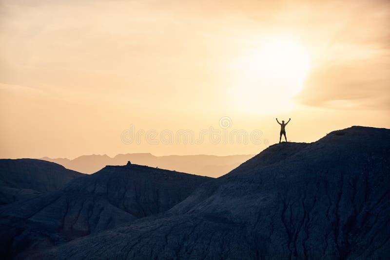 Человек в горах стоковые фотографии rf