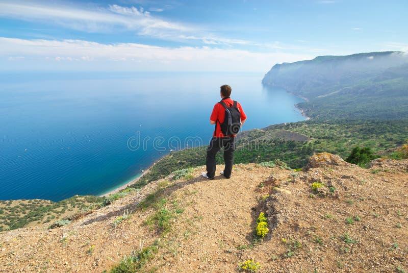 Человек в горе и море стоковые изображения rf