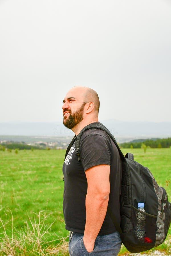 Человек в горе стоковое изображение rf