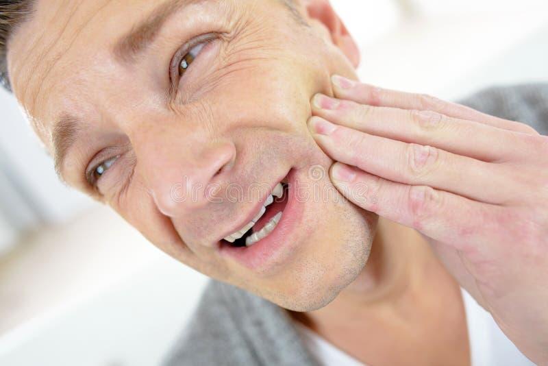 Человек в депрессии с болью зуба стоковое изображение