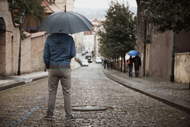 Человек в дожде стоковое изображение rf