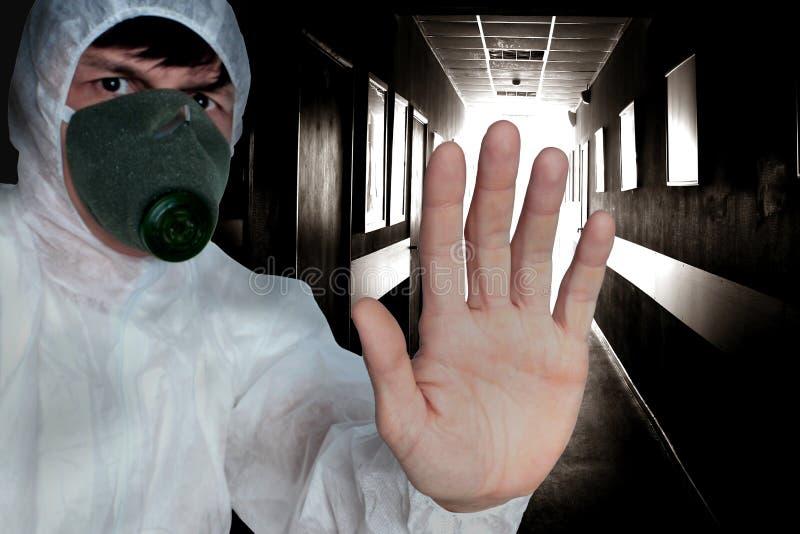 Человек в защитных прозодеждах стоковое фото
