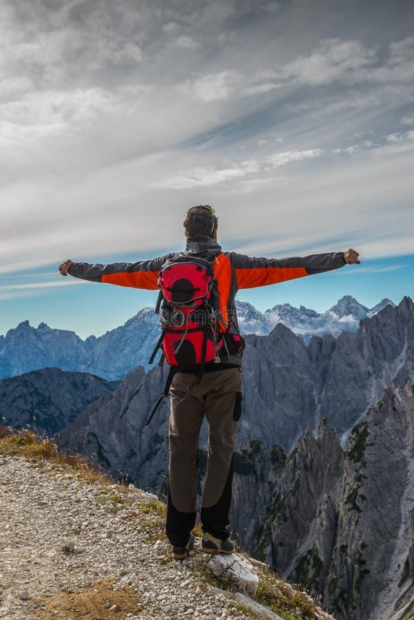 Человек в итальянских доломитах, в южном Тироле, красивый пейзаж гор с человеком стоковые изображения