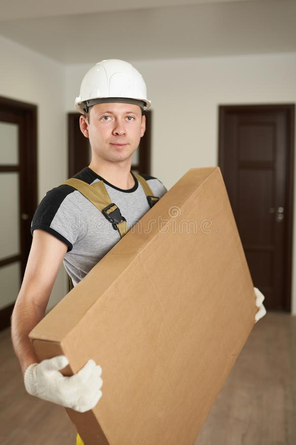 Человек в картонной коробке владением трудной шляпы стоковые фото