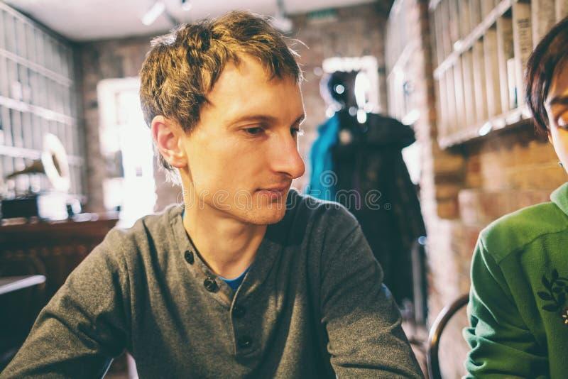 Человек в кафе стоковые изображения
