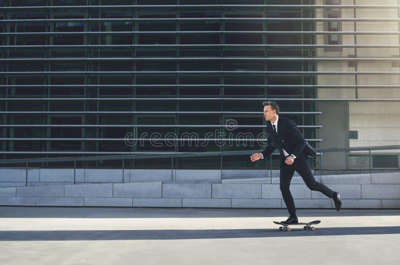 Человек в костюме катаясь на коньках в улице стоковое фото rf