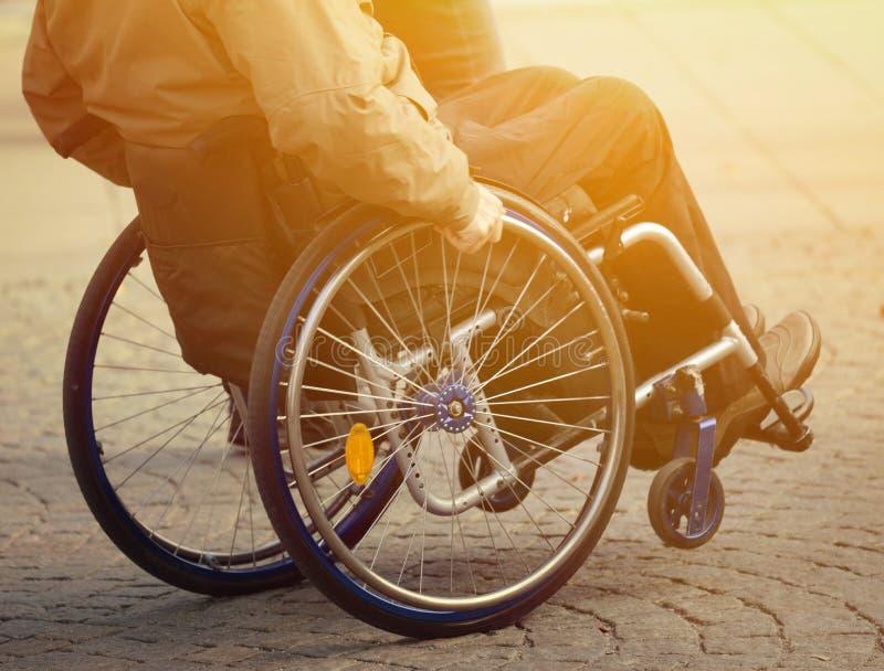 Человек в кресло-коляске стоковое изображение rf