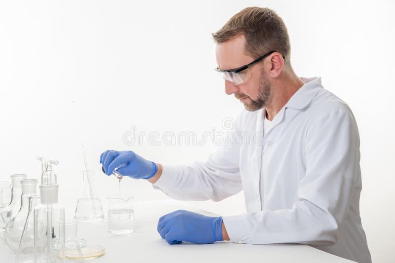 Человек в лаборатории, взгляд человека в лаборатории пока выполнять экспериментирует стоковые изображения rf