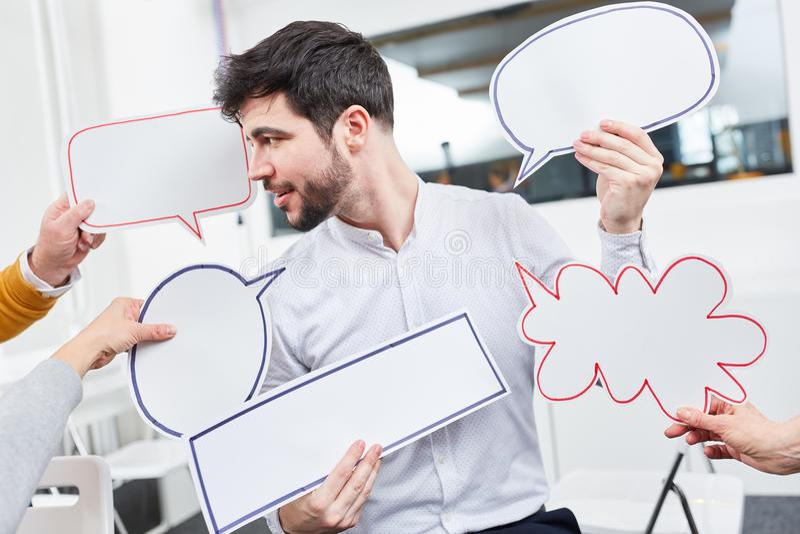 Человек в мастерской с пузырями речи стоковая фотография rf